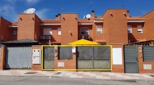 Venta de casa adosada en El Álamo en dos plantas con dos patios